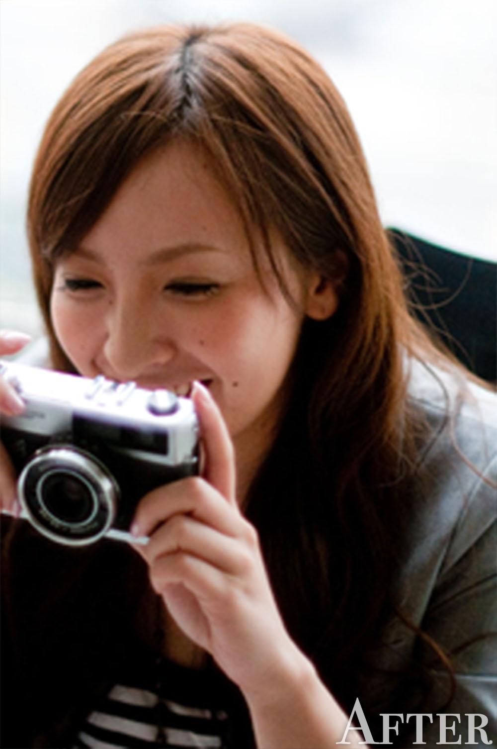カメラを持った女性クローズアップ