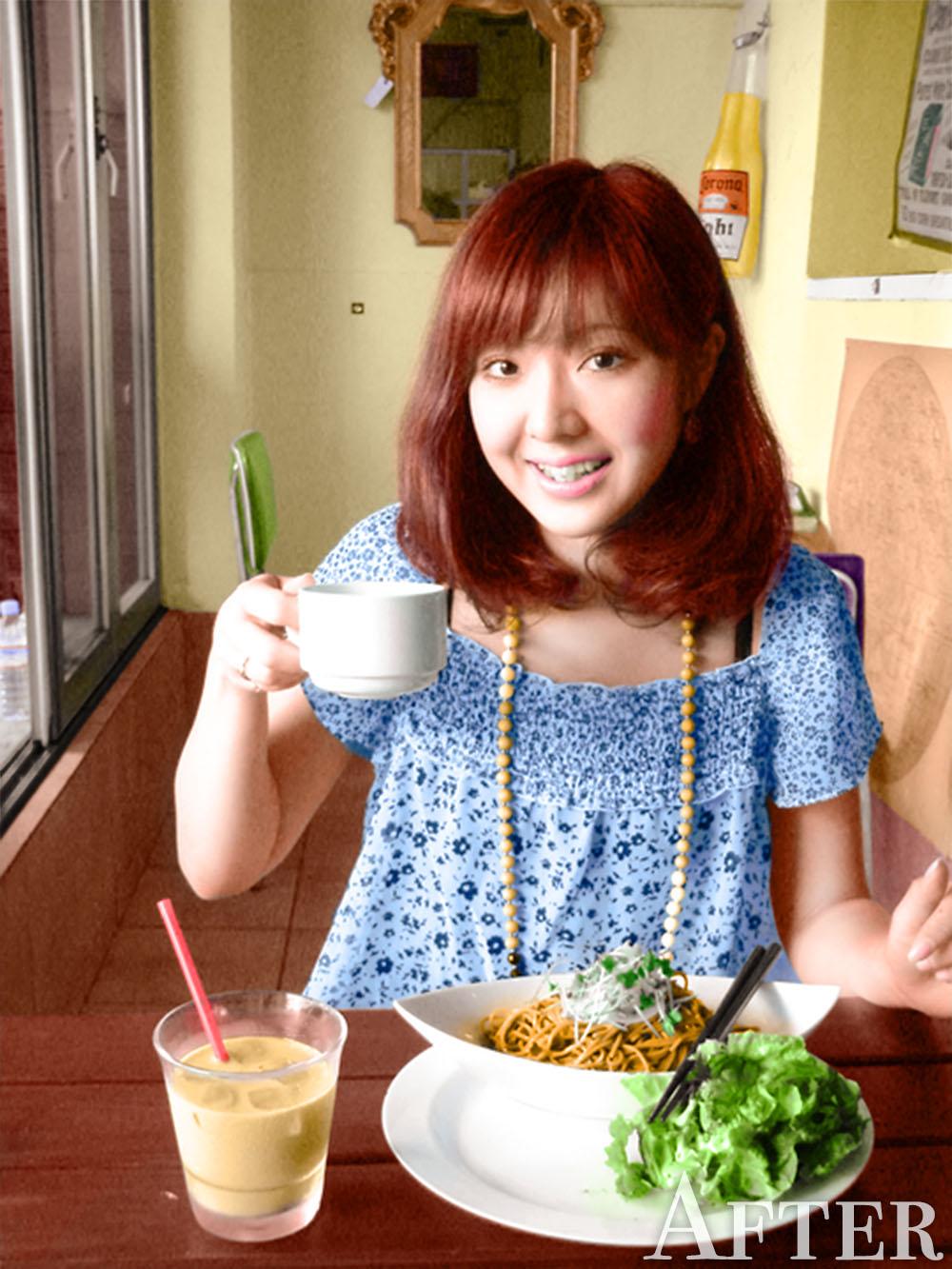 カフェで食事する女性のカラー写真