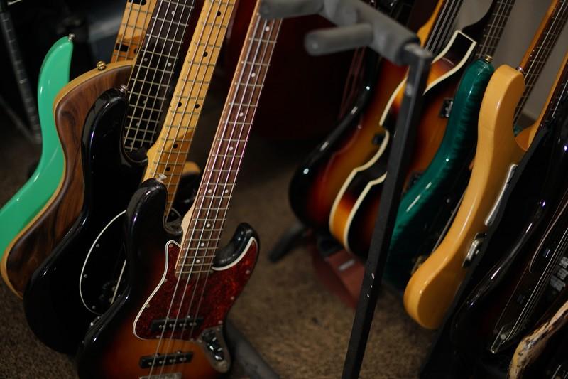 並んだギターやベース